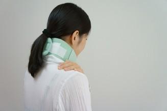 頚椎カラーをつける女性