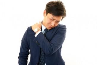首の痛みを訴える男性