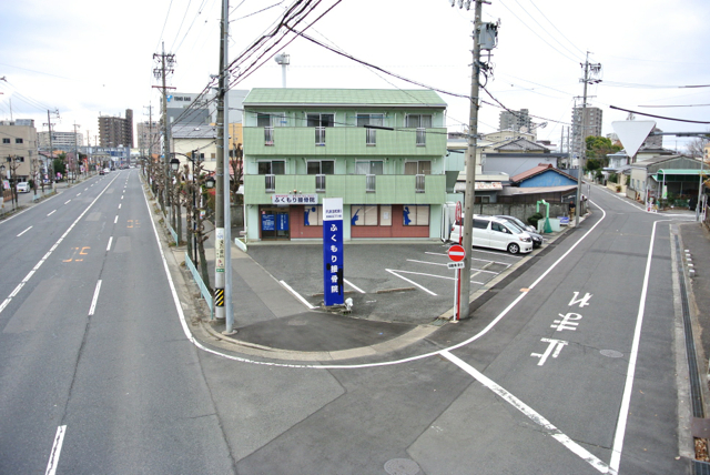 旧国道19号沿いの青い看板が目印です
