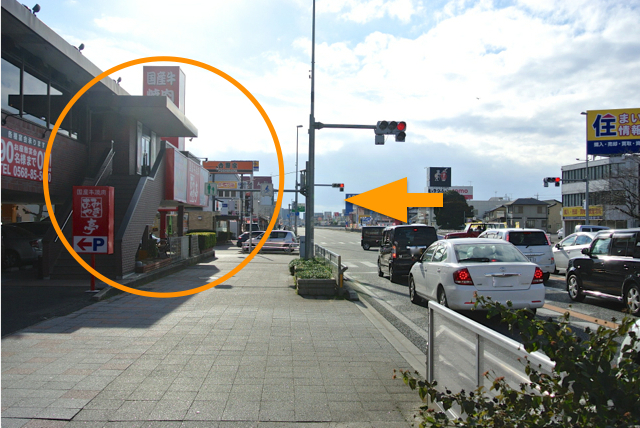 国道19号線の吉野家やあみやき亭がある「瑞穂通1丁目」の交差点で左折。