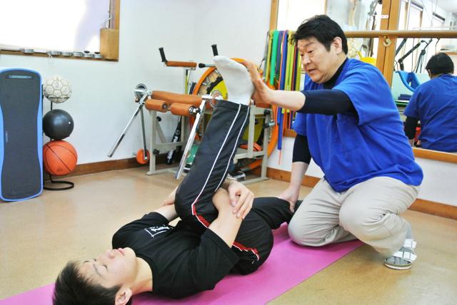 痛みを取るために自宅でできるストレッチ法を指導