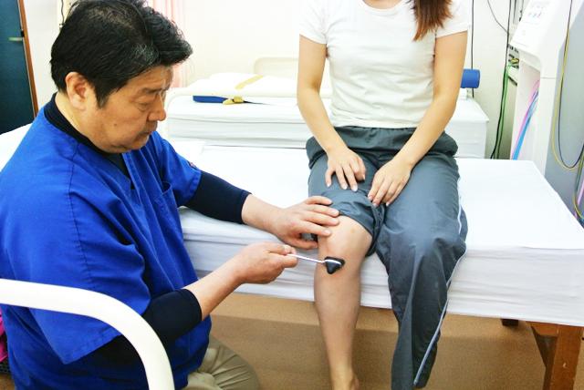 膝の反射の検査
