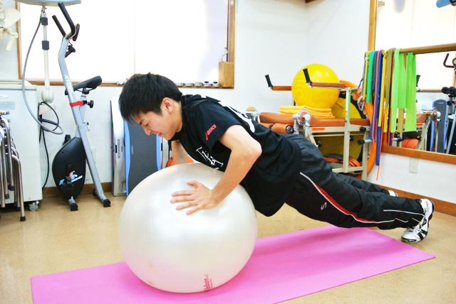 バランスボールエクササイズで安定性を高める